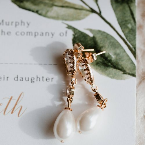 image of the bride's earrings in gold and pearl, mount Juliet wedding